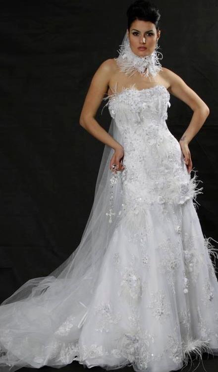 Vestido de noiva decote tomara que caia com pena branca