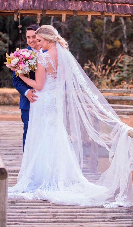 Vestido de noiva longo simples com renda