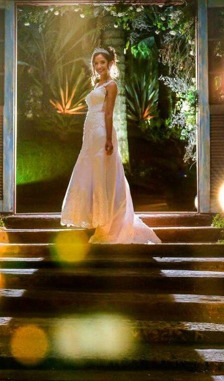 Vestido de noiva evase com renda decote v
