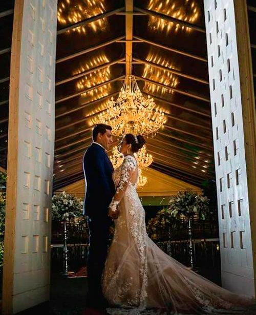 Vestido de noiva tule transparente cauda longa