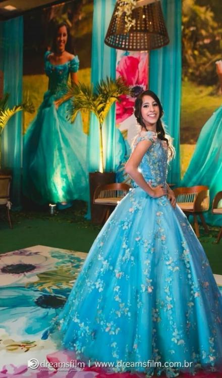 Vestido de 15 anos azul com flores