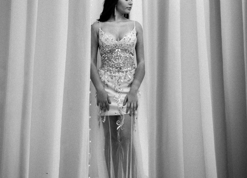 Vestido de Formatura Bege com Brilho e Transparente